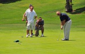 cuanto cuesta jugar al golf