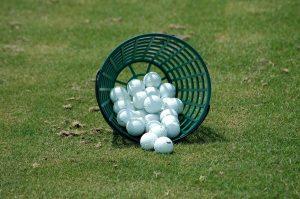 cesto de bolas de golf recuperadas
